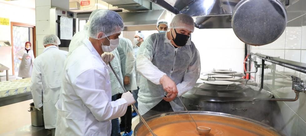 Sultangazi'de  Radyocular Yemek Kazanlarının Başına Geçti